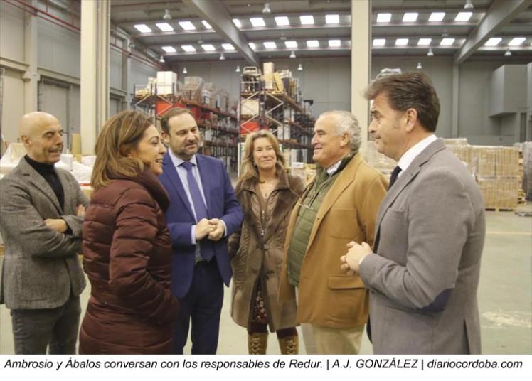 Isabel Ambrosio, alcaldesa de Córdoba, visita las instalaciones de Redur en la ciudad